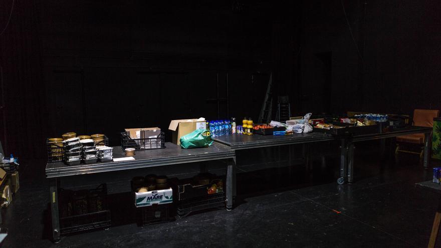 Escenario del Teatro del Barrio con una mesa llena de comida para entregar