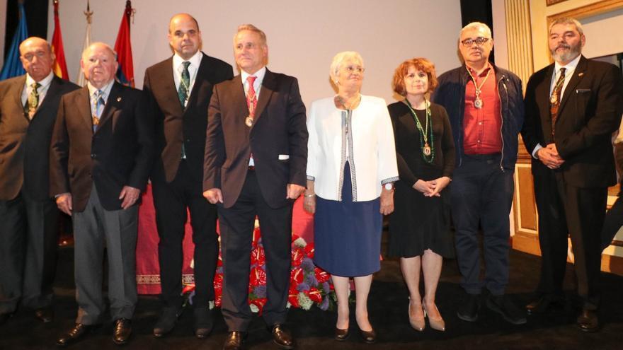 Manuel Poggio junto a miembros de la Academia Canarias de Bellas Artes.