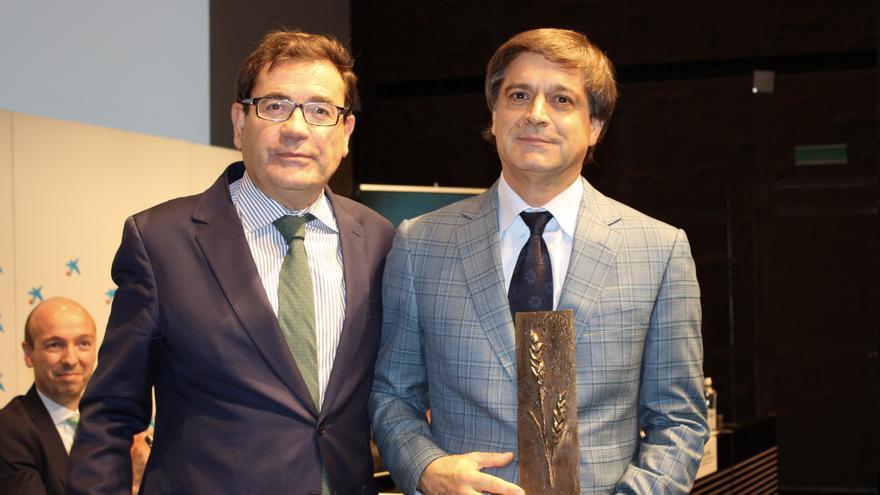Domingo Martín Ortega (d), presidente de Asprocan, con el premio 'Espiga de Oro', junto a Carlos Cabanas, secretario general de Agricultura y Alimentación del Gobierno de España.