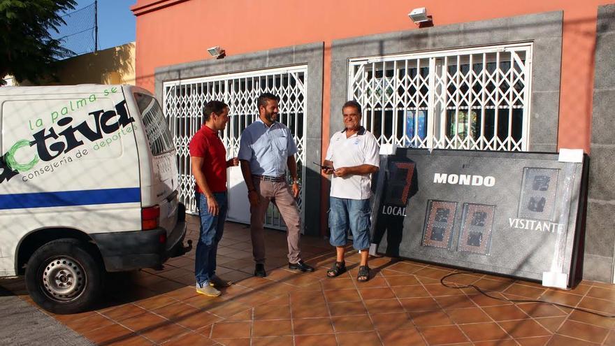 En la imagen, el consejo de Deportes de Cabildo junto al concejal del área de Los Llanos, durante la cesión del marcador electrónico.