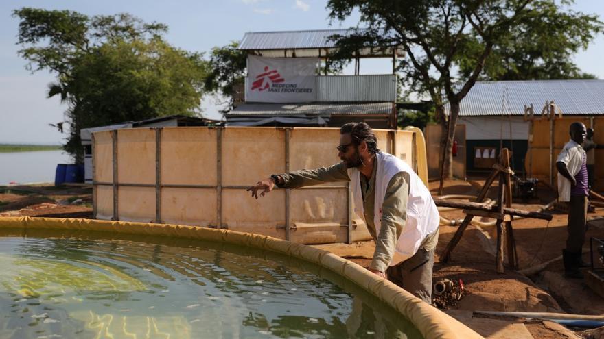 Un trabajador de MSF en la planta de tratamiento de agua en el asentamiento de refugiados Palorinya, en el norte de Uganda. Fotografía: Atsushi Shibuya