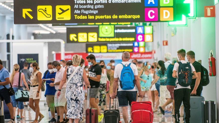 La llegada de turistas se hundió un 75 % en julio y el gasto más del 79 %