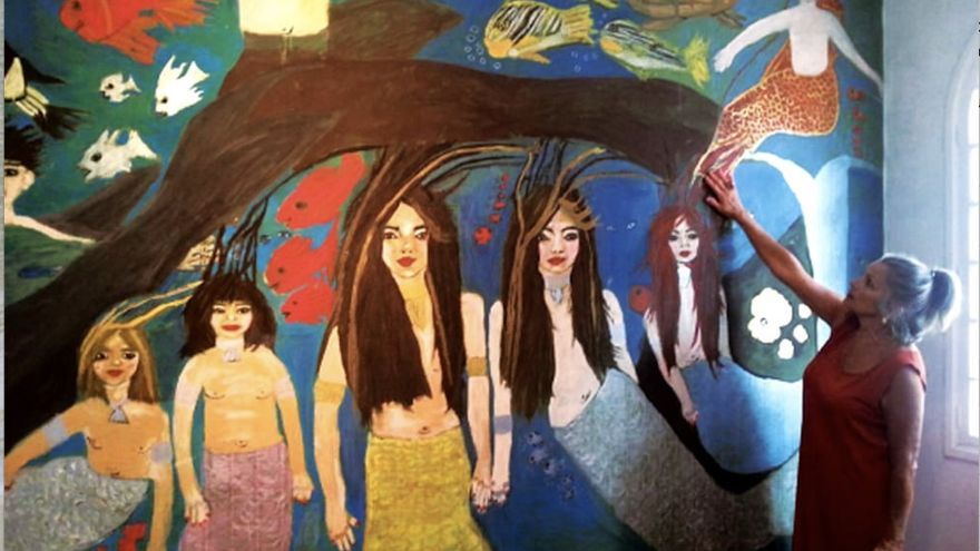 Rosa junto a una de sus pinturas.
