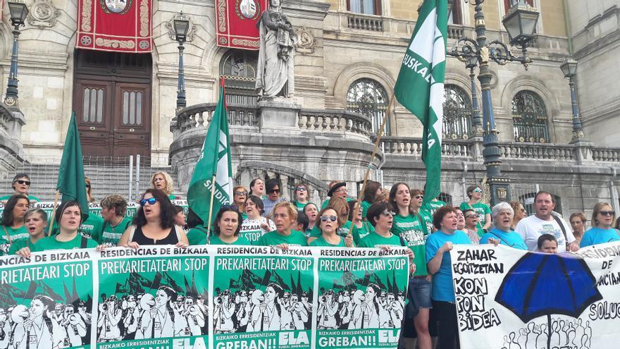 Las trabajadoras de las residencias de Bizkaia, frente al Ayuntamiento de Bilbao.