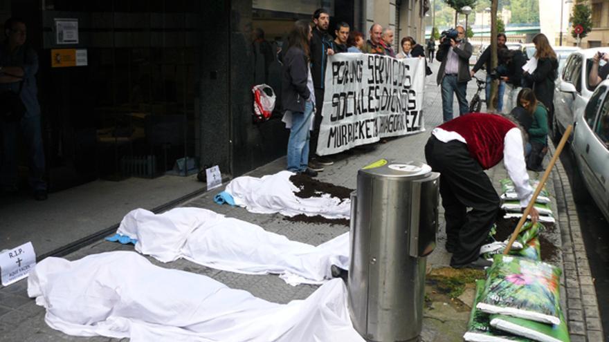 'Escrache' para denunciar los recortes sociales delante de las oficinas de Lanbide en Bilbao. /G. A.