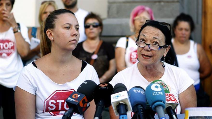 La portavoz de Plataforma de Afectados por la Hipoteca (PAH), Elvira Evora (d), y la mujer que inicia este martes una huelga de hambre, Lucianna Holluy , durante la rueda de prensa en la que protestan contra el desalojo de la vivienda de protección oficial que ocupa. Efe.
