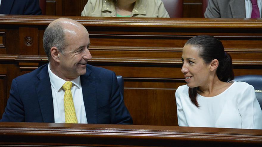 El consejero de Economía, Industria, Comercio y Conocimiento del Gobierno de Canarias, Pedro Ortega junto a la vicepresidenta canaria Patricia Hernández