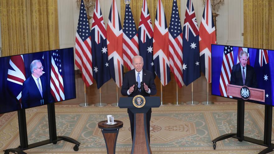 El presidente Joe Biden en un anuncio en conexión remota con el primer ministro australiano, Scott Morrison, y el primer ministro británico, Boris Johnson.