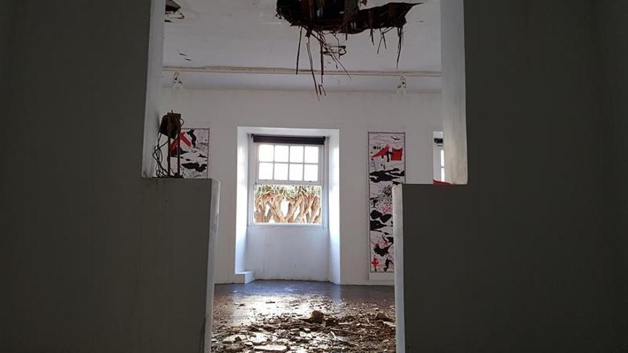 Estado en el que ha quedado el interior de una de las estancias del Ateneo de La Laguna, en Tenerife, tras el incendio que ha afectado al edificio y ha hecho que se desplome su cubierta. EFE/Gema González
