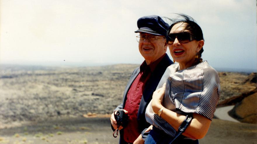 Gonzalo Rojas junto a Hilda May en el Parque Nacional de Timanfaya