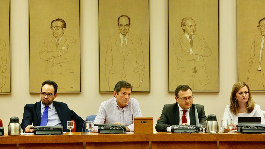 Javier Fernández junto a Antonio Hernando en la reunión del grupo parlamentario a principios de octubre. Foto: PSOE