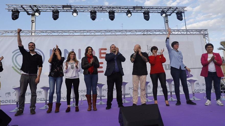 Rubén Martínez Dalmau y Rosa Pérez Garijo junto a los candidatos de Unides Podem en Elche