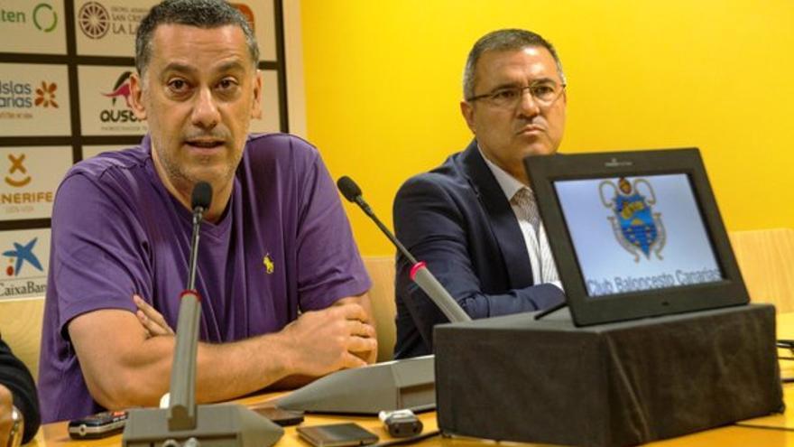 Alejandro Martínez en la rueda de prensa de su despedida como entrenador del Iberostar Tenerife. (Twitter oficial del Iberostar Tenerife).