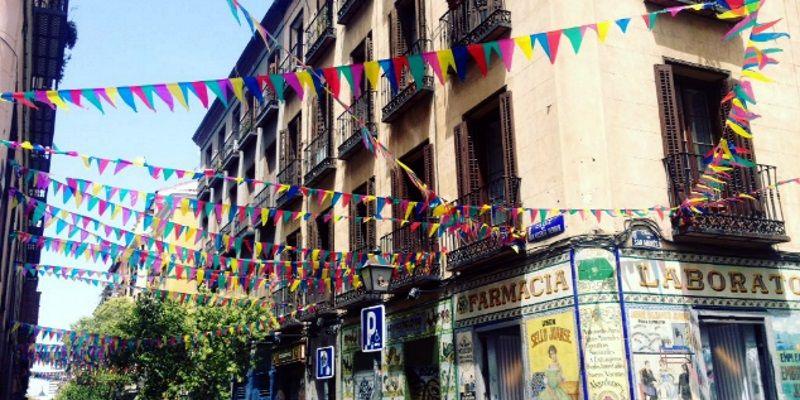 Decoración por el Orgullo Gay en Malasaña  @AITANAAZULUAGA