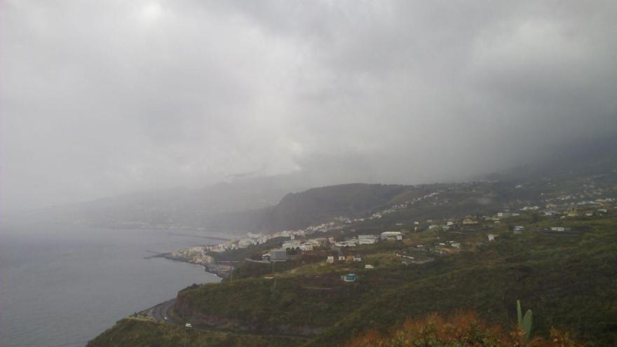 Imagen de la zona este de La Palma, con Santa Cruz de La Palma al fondo, este sábado, empapa por la lluvia. Foto:  JMH.