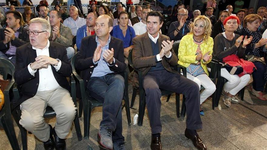 El ministro de Industria y secretario del PP de Canarias, José Manuel Soria, y dirigentes de este partido mientras seguían los resultados de las elecciones al Parlamento europeo. EFE/Elvira Urquijo A.