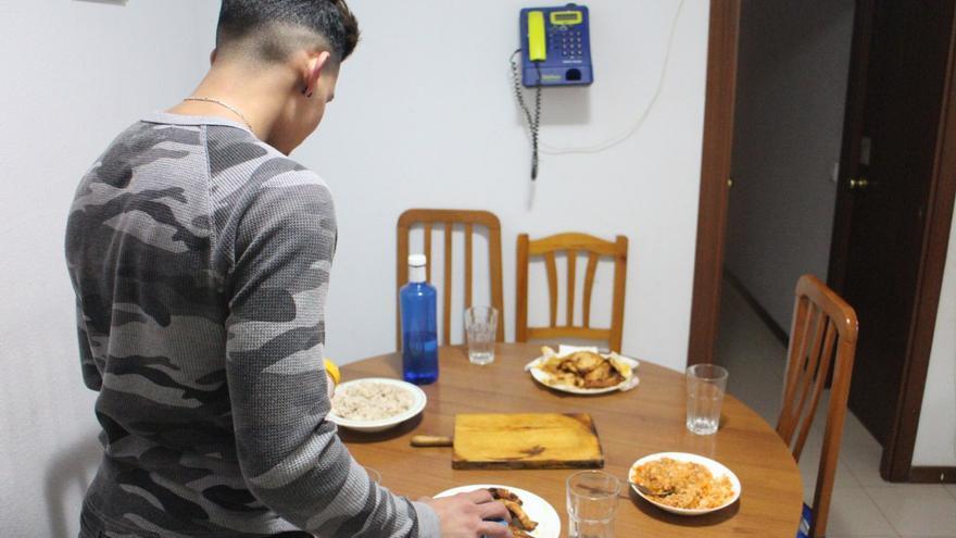 Ahmed (nombre ficticio) prepara la mesa antes de comenzar a cenar.