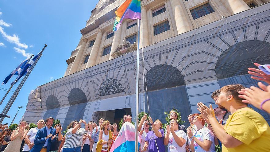 Momento con el izado de la bandera arcoíris por fuera del palacio insular, en Santa Cruz de Tenerife