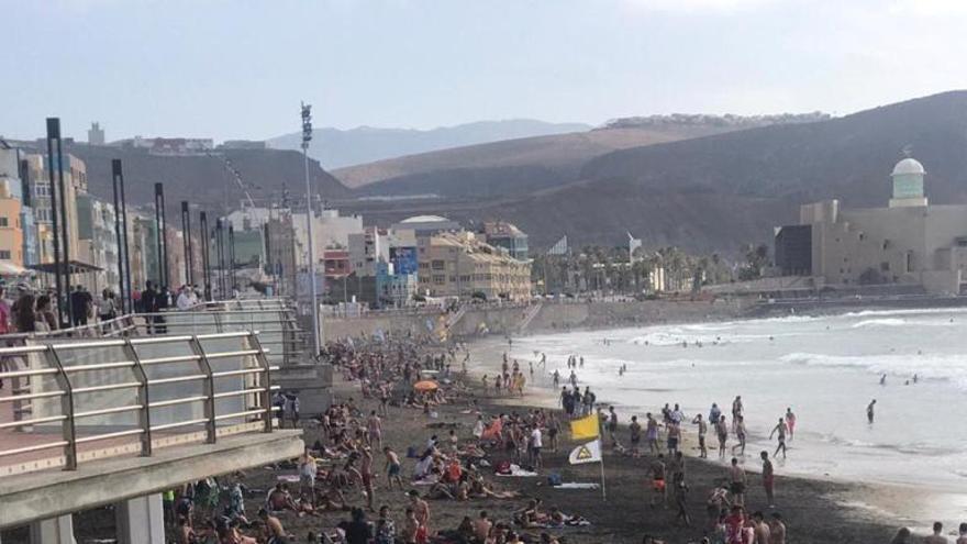 La Cícer durante la tarde de este jueves, cuando la Policía Local ha recomendado por megafonía no colocar la toalla ni tomar el sol en esta parte de la playa de Las Canteras ante las dificultades para mantener las distancias de seguridad