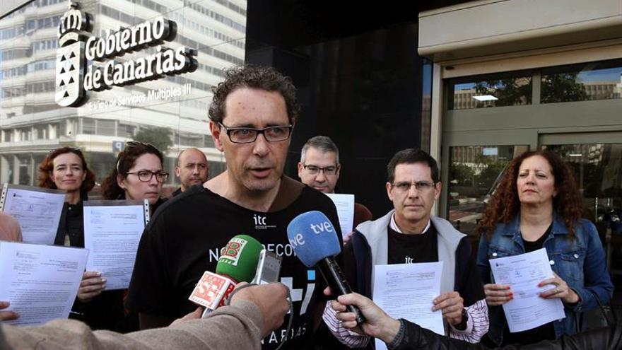 El presidente del comité de empresa del Instituto Tecnológico de Canarias (ITC), Antonio Ortegón, atiende a los medios de comunicación, acompañado de varios trabajadores, después de registrar en la Consejería de Industria del Gobierno regional sus peticiones ante la huelga indefinida que han iniciado en esta empresa pública