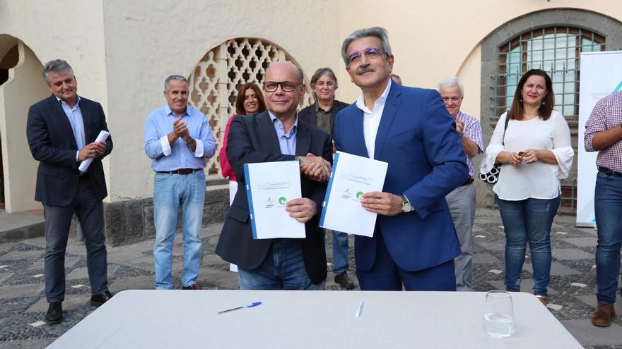 Los líderes de CC y NC, José Miguel Barragán y Román Rodríguez, firman el programa electoral con el que concurrirán a las Elecciones Generales del 10N.
