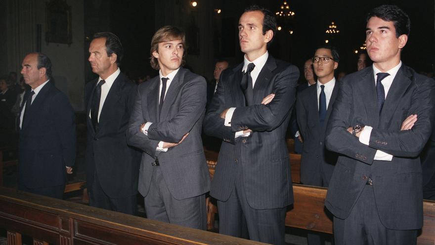 Emilio y Jaime Botín (1º y 2º izq. respectivamente), acompañados de algunos de sus hijos, en el funeral celebrado en la iglesia de San Jerónimo el Real en memoria de su padre Emilio Botín Sanz de Satuola, fallecido en 1993. Efe/ Kote Rodrigo