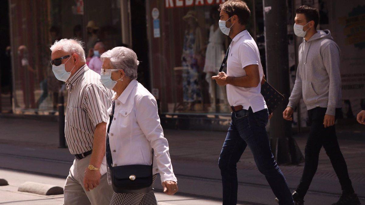 Gente por la calle con mascarilla