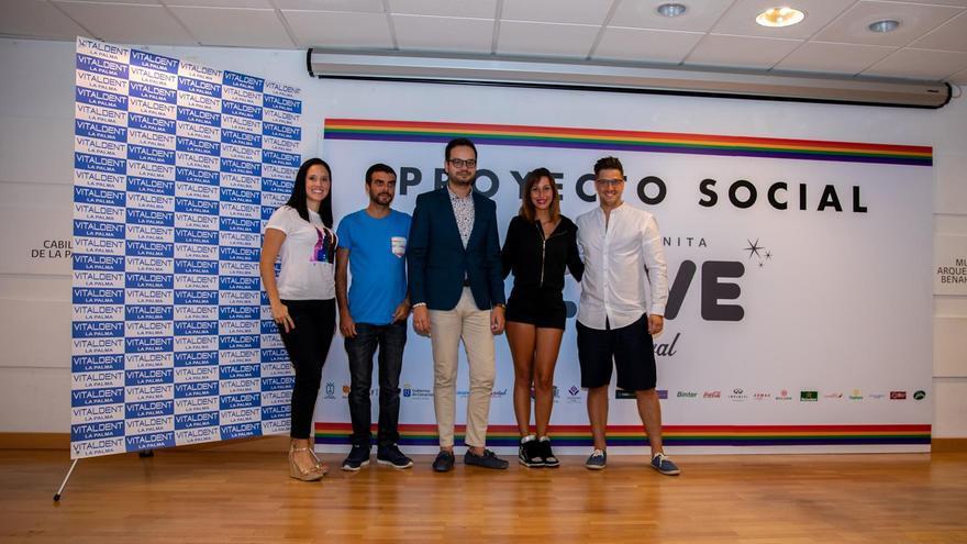 Jordi Perez junto a los ganadores, José Arbelo y Sandra del Castillo, y a la responsable insular de Vitaldent La Palma, Elizabeth Fonseca y al presentador y promotor Jonathan Álamo.