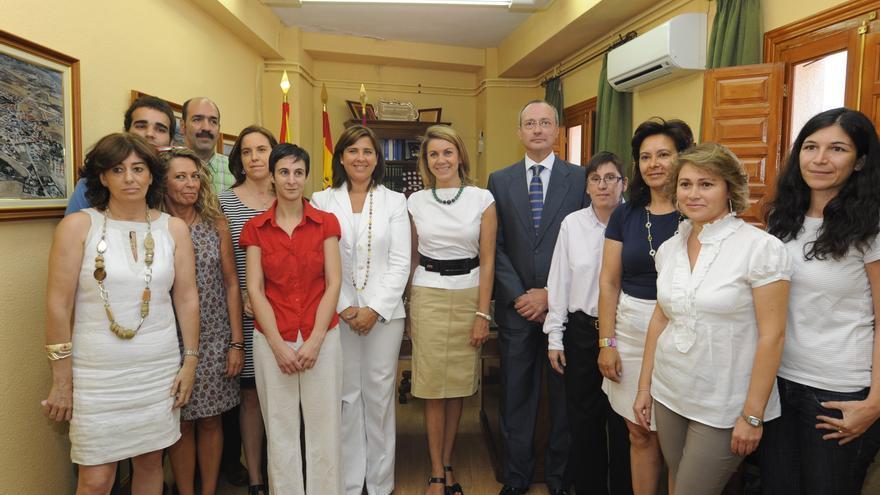 Cospedal y el alcalde de Cobisa (Toledo), Emilio Muñoz, junto a empleados municipales / Foto oficial