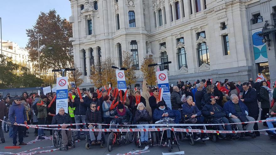 Concentración de protesta en Cibeles contra la invasión de patinetes en las aceras | CERMI ESTATAL