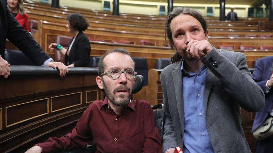 Pablo Echenique y Pablo Iglesias (Unidas Podemos) emocionados tras la investidura de Sánchez