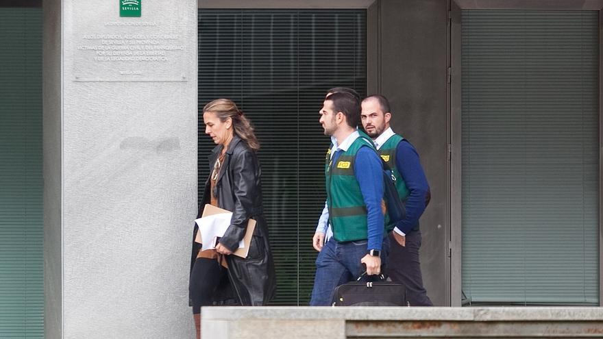 Agentes de la Unidad Central Operativa (UCO) de la Guardia Civil, en la sede de la Diputación Provincial de Sevilla / Foto: Luis Serrano