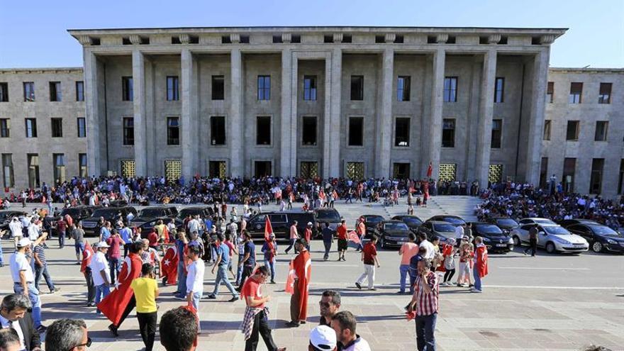 Miles de personas piden ante el Parlamento turco la pena de muerte tras el golpe
