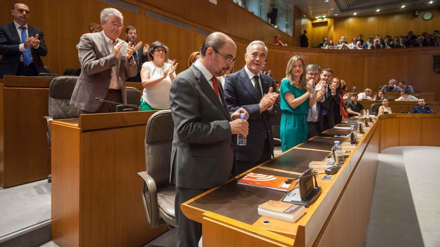 La bancada socialista aplaude a Lambán después de su intervención. Foto: Juan Manzanara
