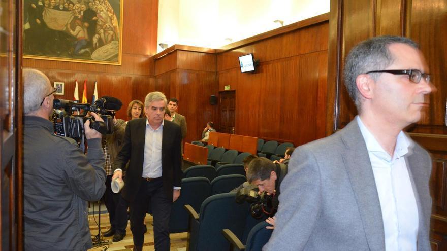 Los concejales de PSOE, PRC, Ganemos e IU abandonando el Pleno de Santander. | PRC