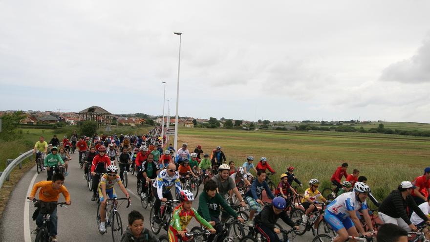 La DGT limitará la velocidad en algunas vías secundarias los fines de semana para priorizar a los ciclistas