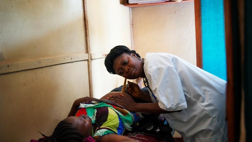 """""""No necesitamos infraestructuras o equipamiento punta para salvar la vida de las mujeres"""", afirma Vincent Lambert, coordinador médico de MSF para los proyectos en Burundi. Los gastos de funcionamiento de los hospitales por persona y año para estos programas son de menos de 3 euros. La enfermera Florence Lahai realiza un chequeo prenatal a Batu Yooyah Manbu, embarazada de 32 semanas. Centro de salud en Bo, Sierra Leona. Fotografía: Lynsey Addario/ VII"""