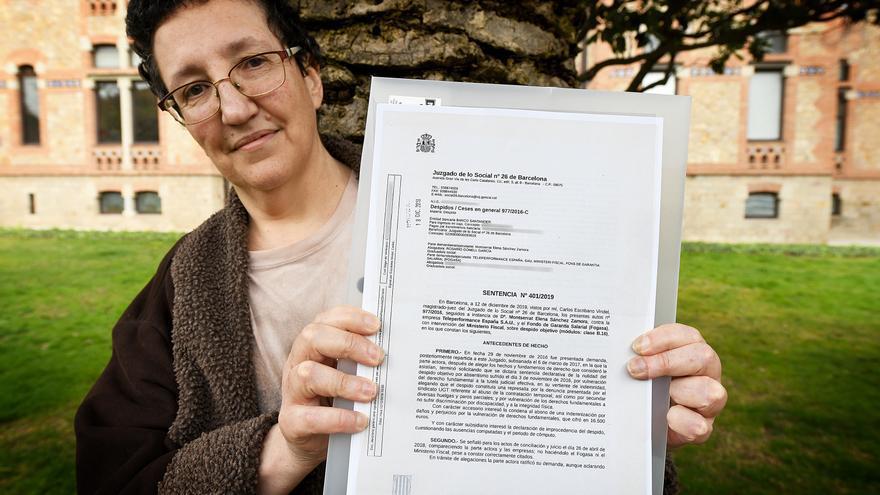 Montse Sánchez muestra la última sentencia que avala su despido por bajas médicas. El caso de esta teleoperadora llegó al Constitucional, que avaló el despido por ausencias justificadas.