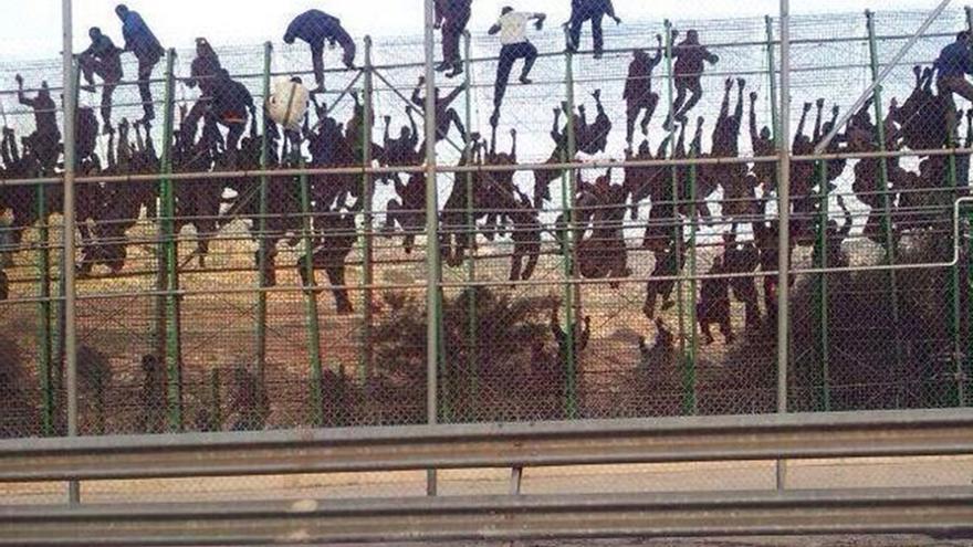 La imagen del salto colectivo en la valla de Melilla.