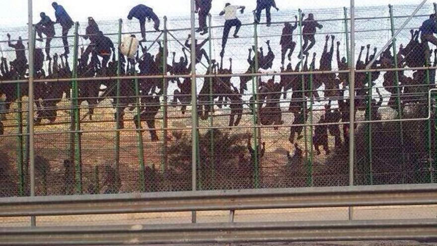 Inmigrantes intentan saltar la valla de Melilla
