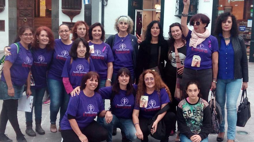 Lourdes Lorenzo (centro) junto a miembros de la Asociación Tod@s Somos Laura.