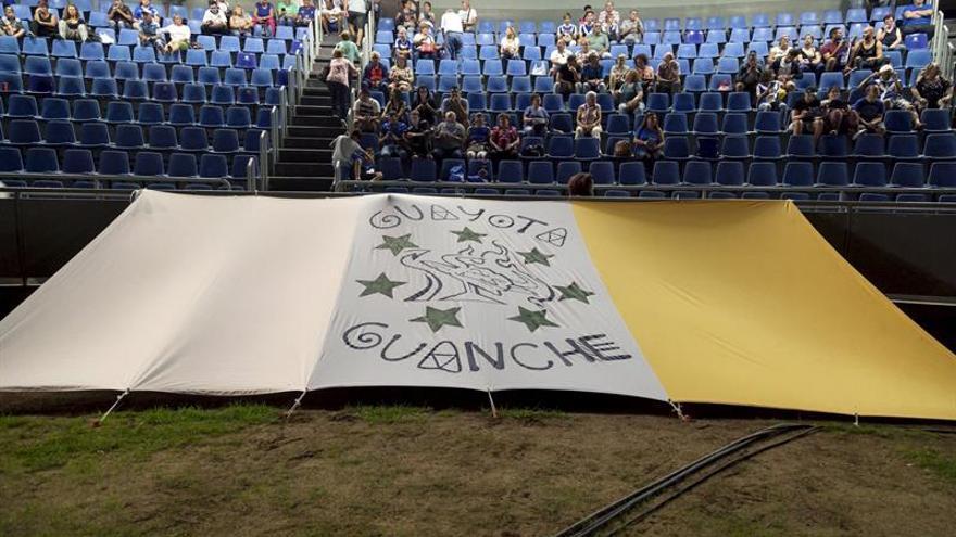 Una bandera tricolor en las gradas del Estadio Heliodoro Rodríguez López momentos antes del partido de la Copa de Rey entre el CD Tenerife y el Espanyol. EFE/Ramón de la Rocha