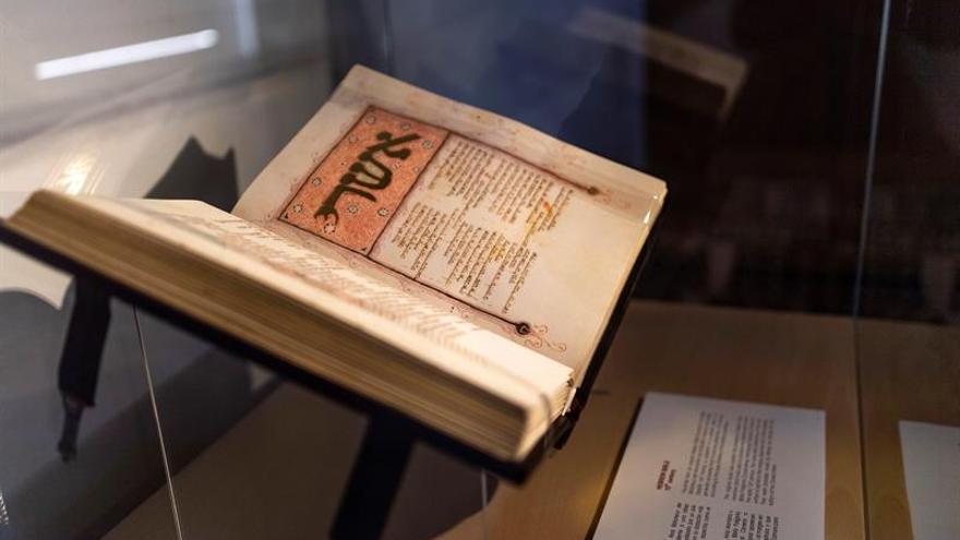 El Museo Sefardí suma a su colección un facsímil de biblia hebrea de siglo XV