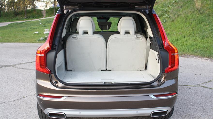 El interior del Volvo XC90 tiene una capacidad para siete pasajeros y un maletero de 310 litros.