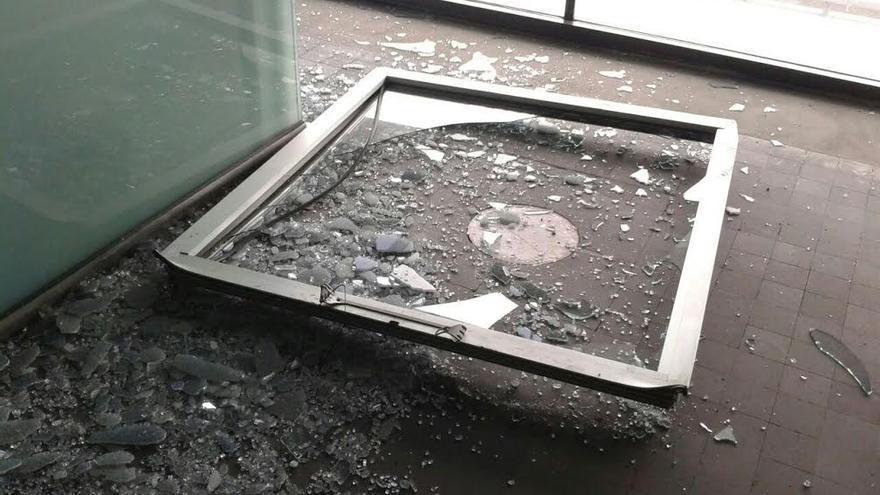 En la imagen, la ventana desprendida por las rachas del edificio terminal del Aeropuerto.