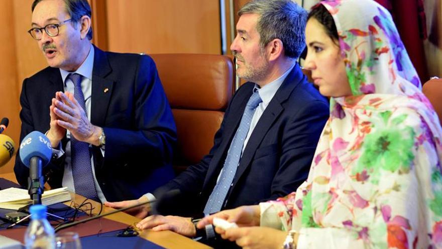 El presidente del Gobierno de Canarias, Fernando Clavijo (c), junto al embajador de España en Rabat, Ricardo Díez-Hochleitner (i) y a la secretaria de Estado marroquí de Comercio Exterior, Rkia Derham (d), durante un foro empresarial canario-marroquí celebrado en Casablanca, capital económica de Marruecos. EFE/ Mohamed Siali