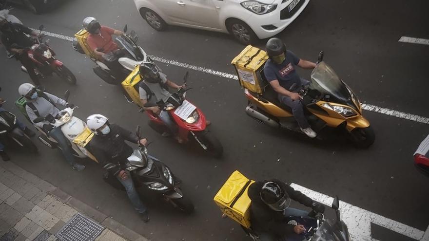 """Más de 50 repartidores de Tenerife piden """"libertad para ser autónomos"""" en protesta contra la ley rider"""