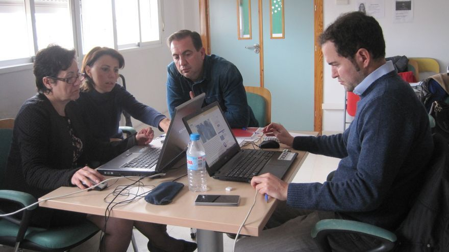 María José Márquez (primera por la izquierda) trabaja junto a compañeros en su proyecto por internet en la Lanzadera de Empleo de Córdoba.