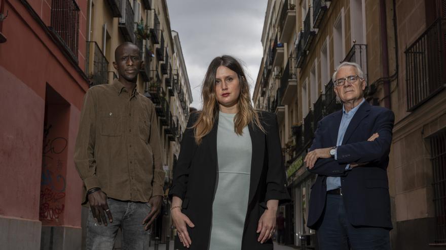 Serigne Mbaye, Alejandra Jacinto y Agustín Moreno en el barrio Lavapiés de Madrid