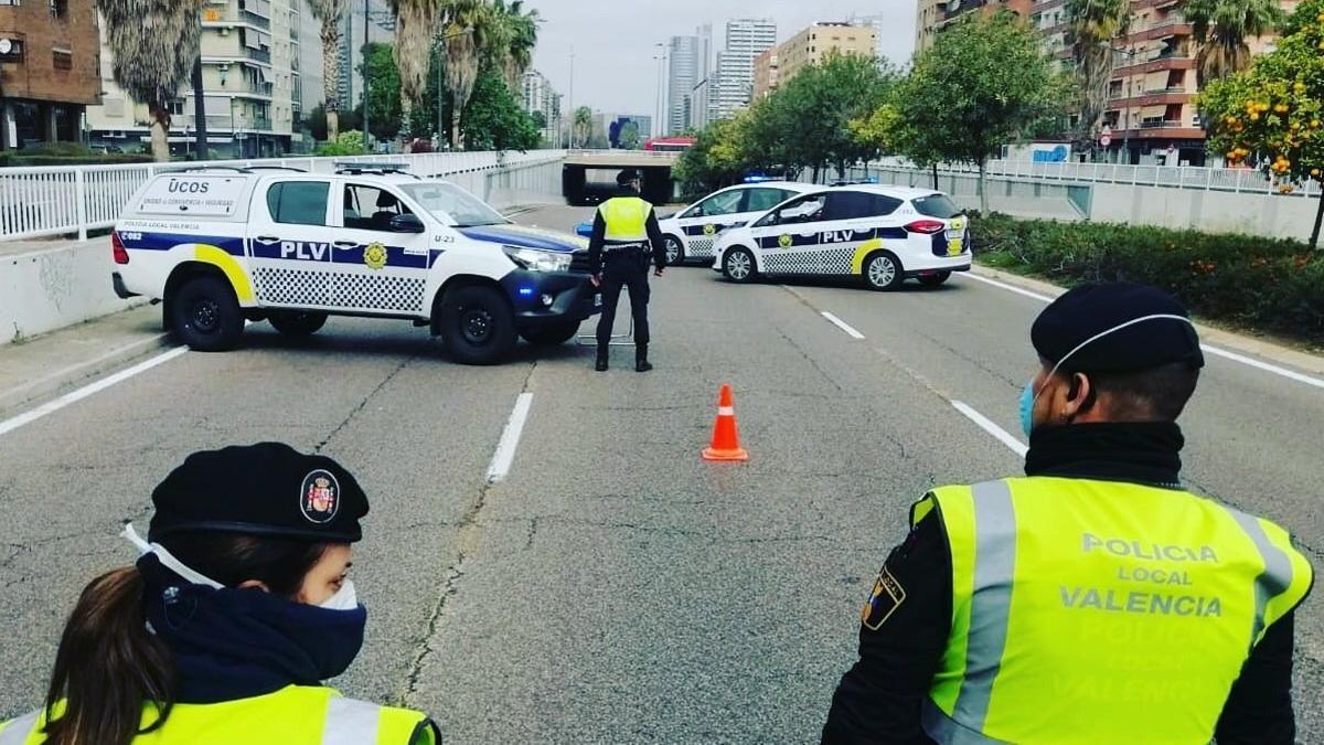 Control de la Policía Local de València por la pandemia.